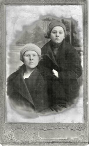 Слева Маргарита Кристиановна Гершпигель Вацке, справа ее дочь Гильдегард Францевна Вацке